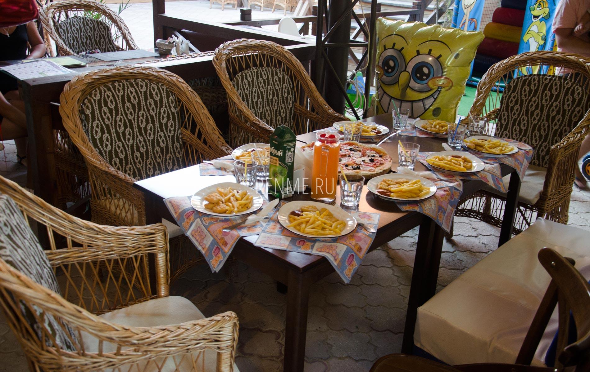 Мебель в кафе Аркадия. Фото Заозёрного