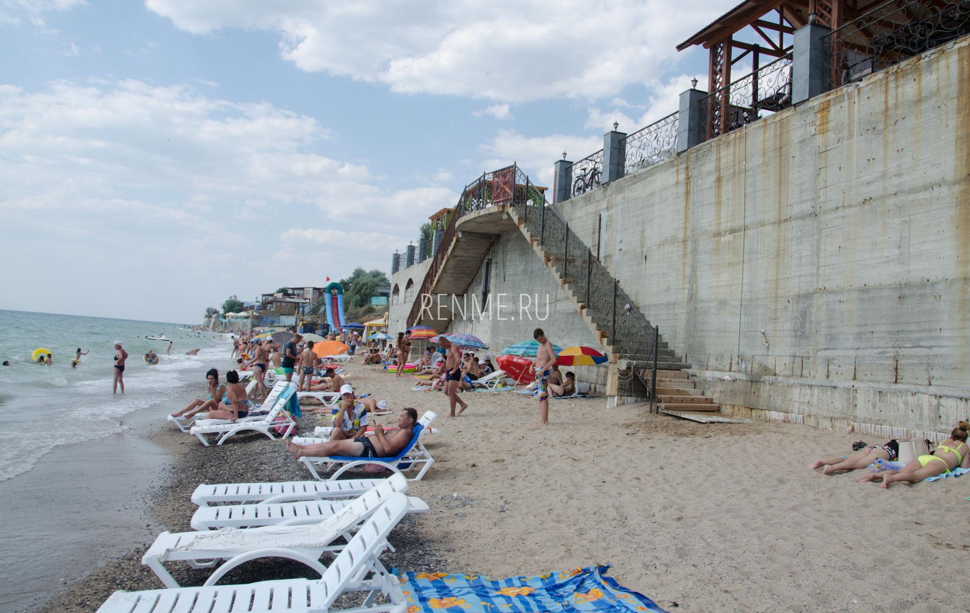 """Пляж отеля """"Южный"""" летом. Фото Николаевки"""