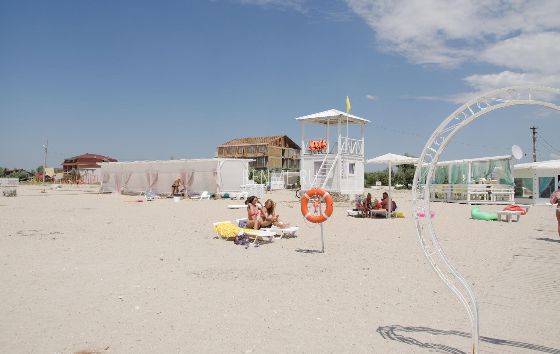Песчаный пляж в Штормовом с бунгало. Фото Штормового