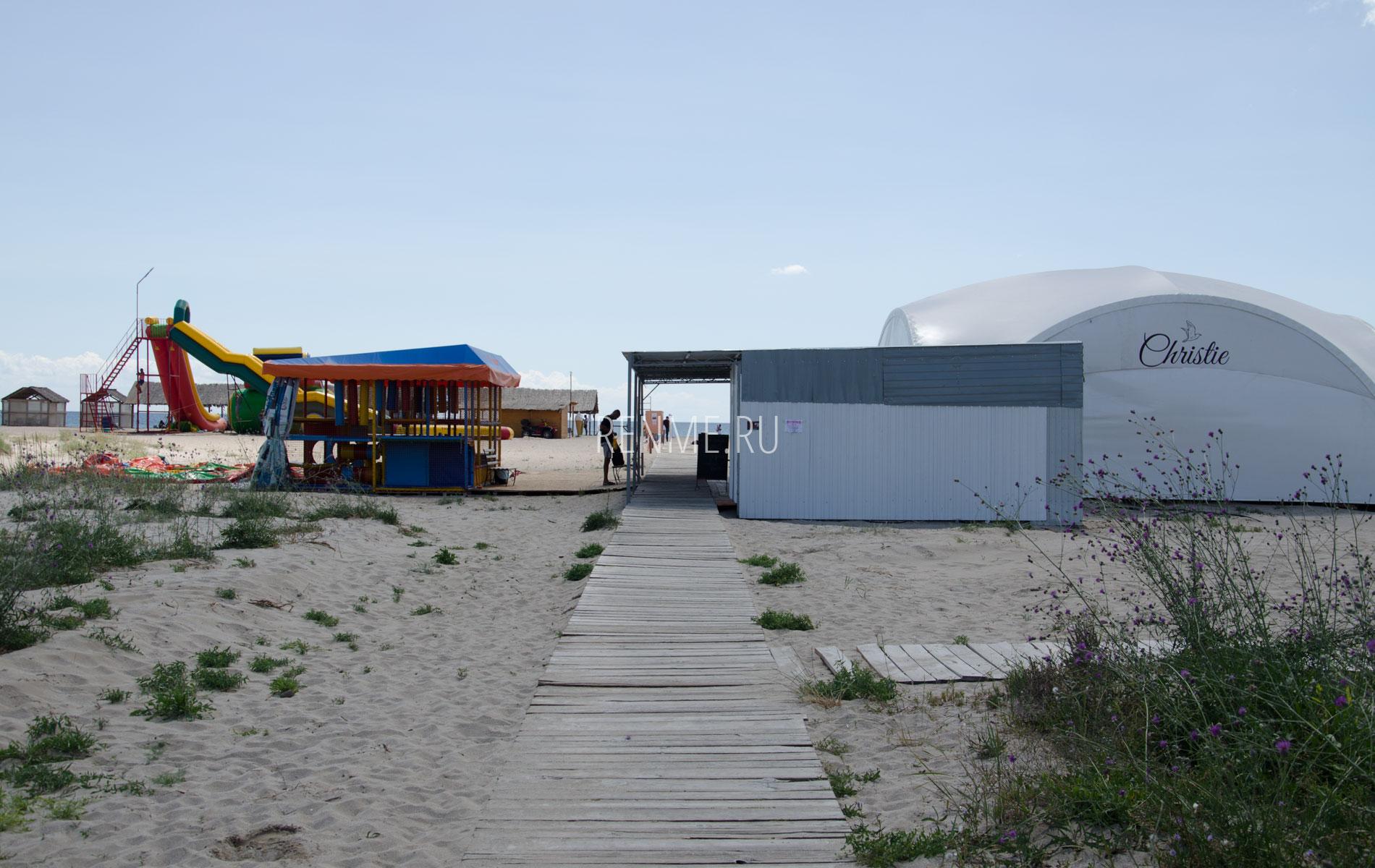Кафе на песчаном пляже Christie. Фото Мирного