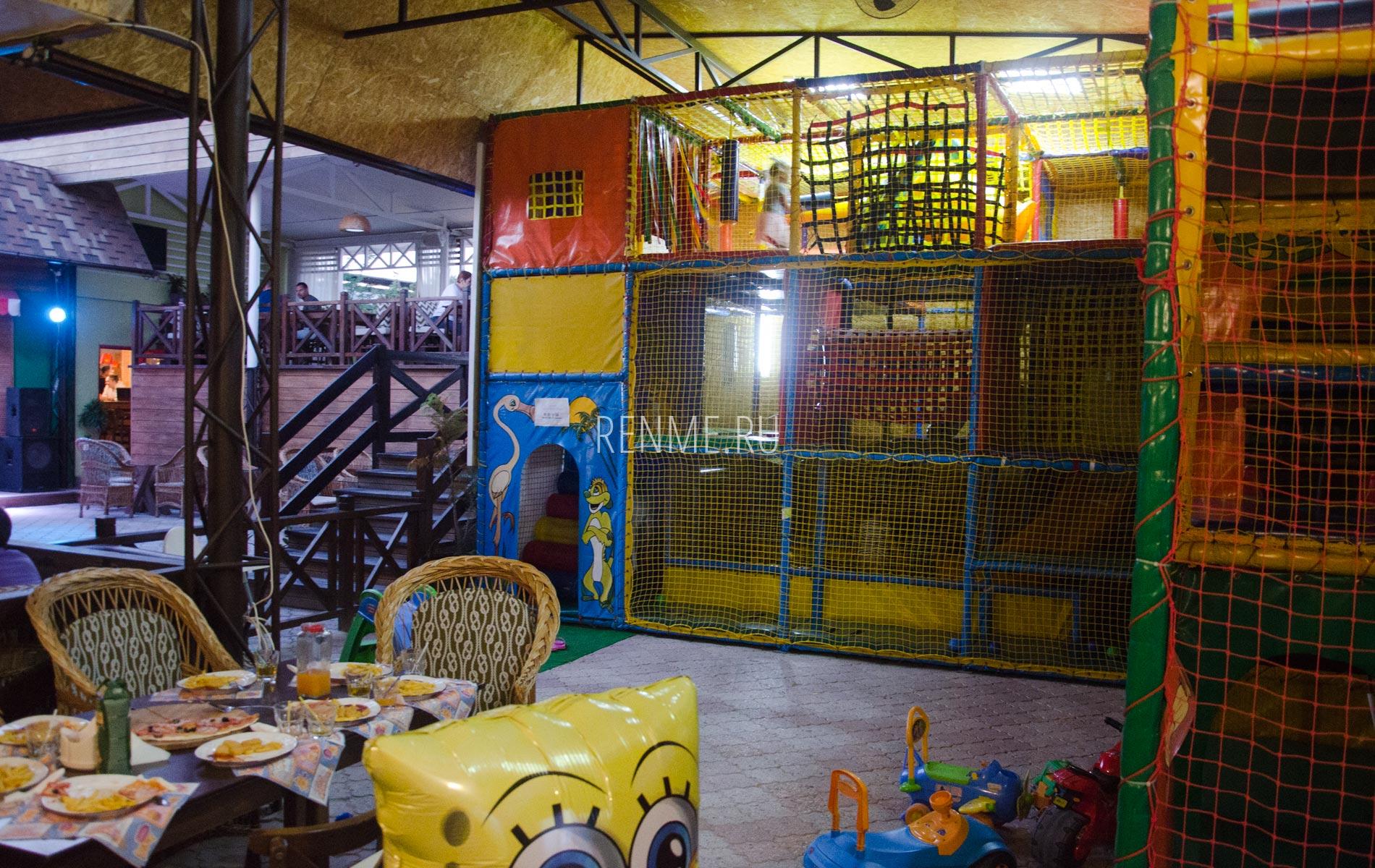 Кафе Аркадия с детским лабиринтом. Фото Заозёрного