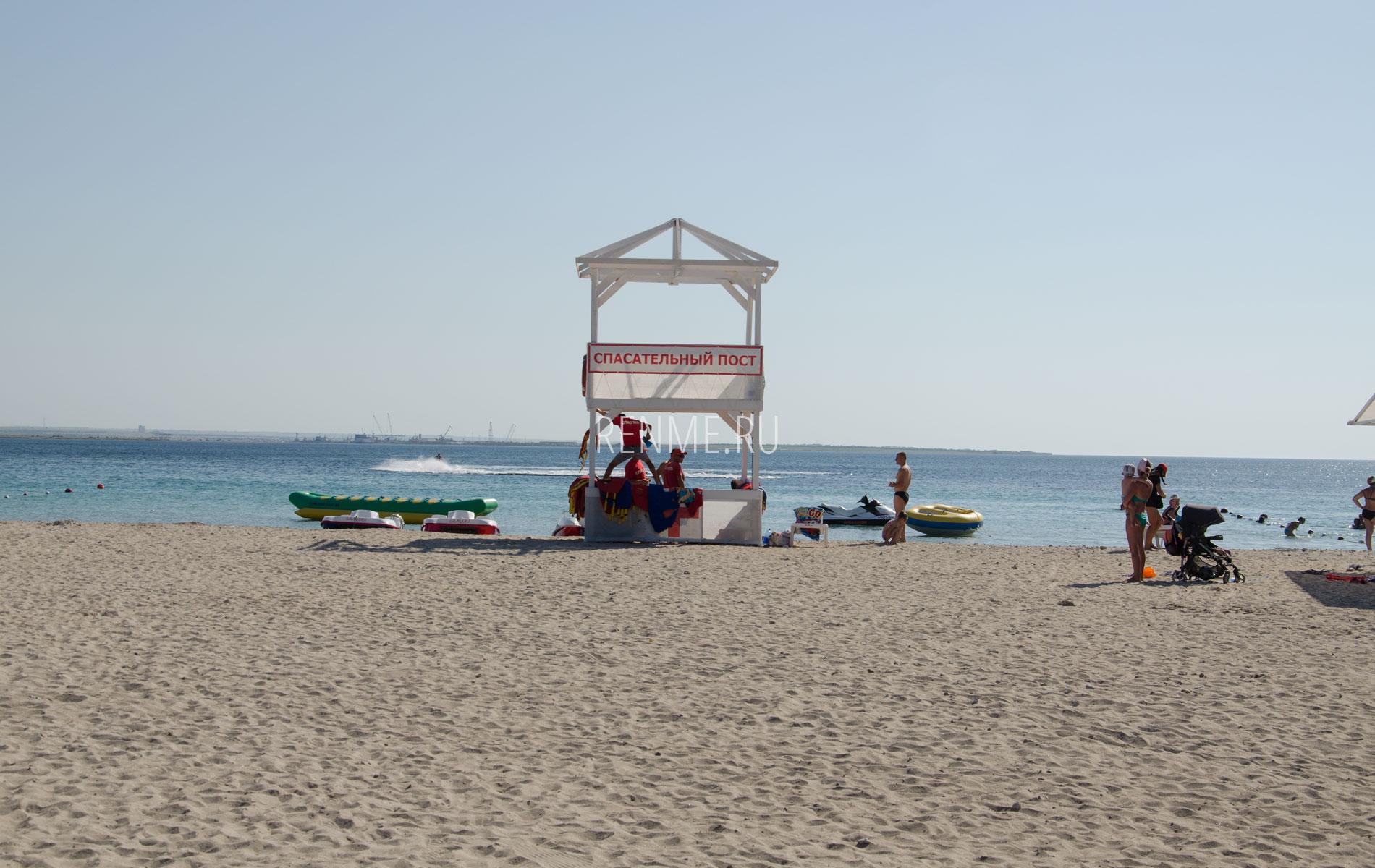 Спасатели на пляже в Межводном. Фото Межводного