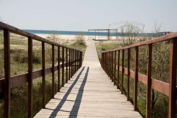 Дорожка на пляж Christie весной. Фото Мирного