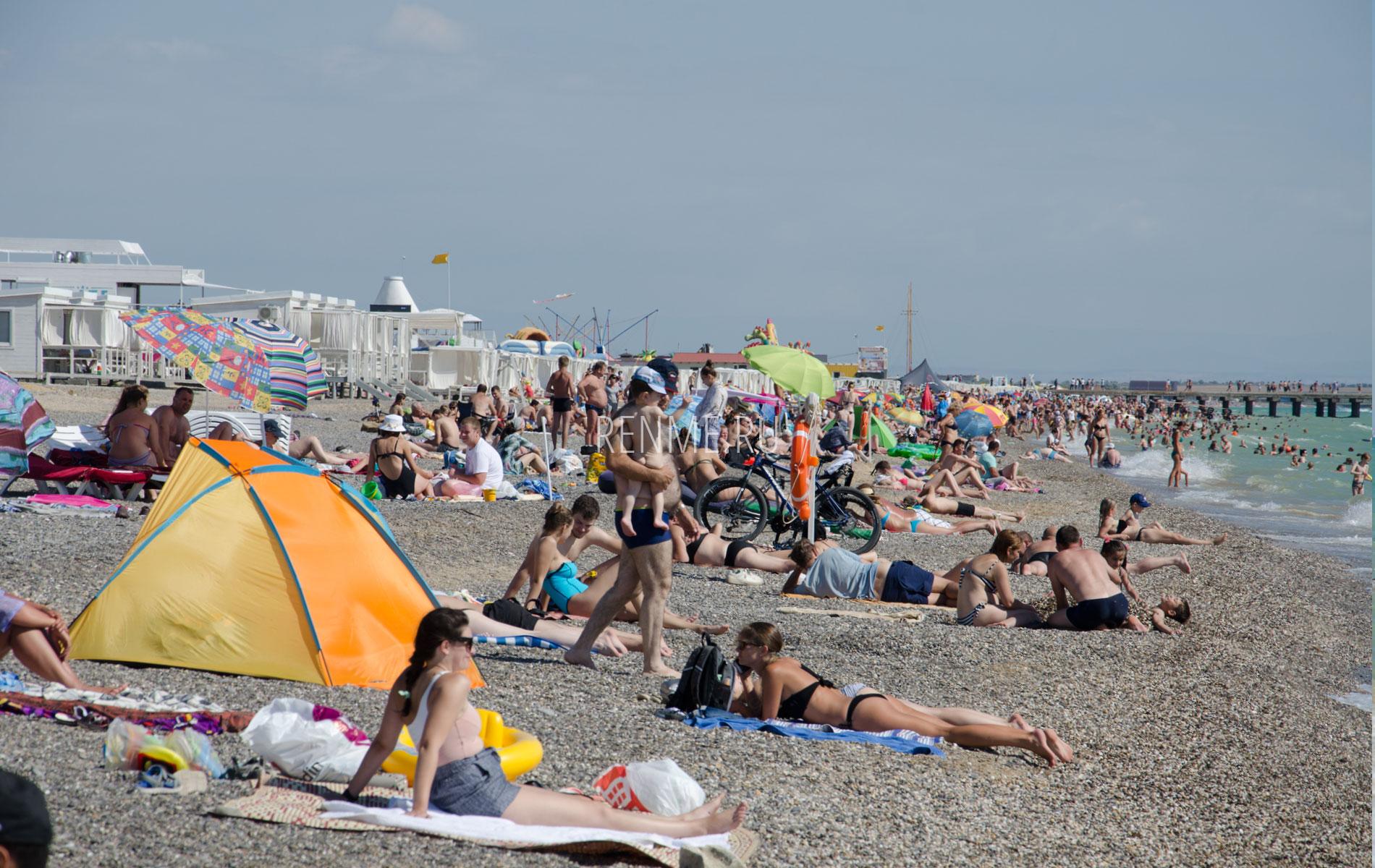 Отдыхающие на галечном пляже. Фото Новофедоровки