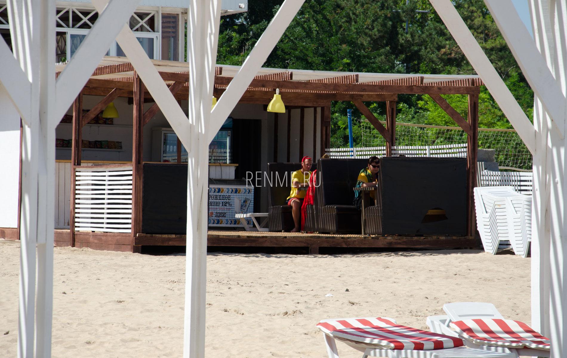 Кафе на пляже Заозерного. Фото Заозёрного