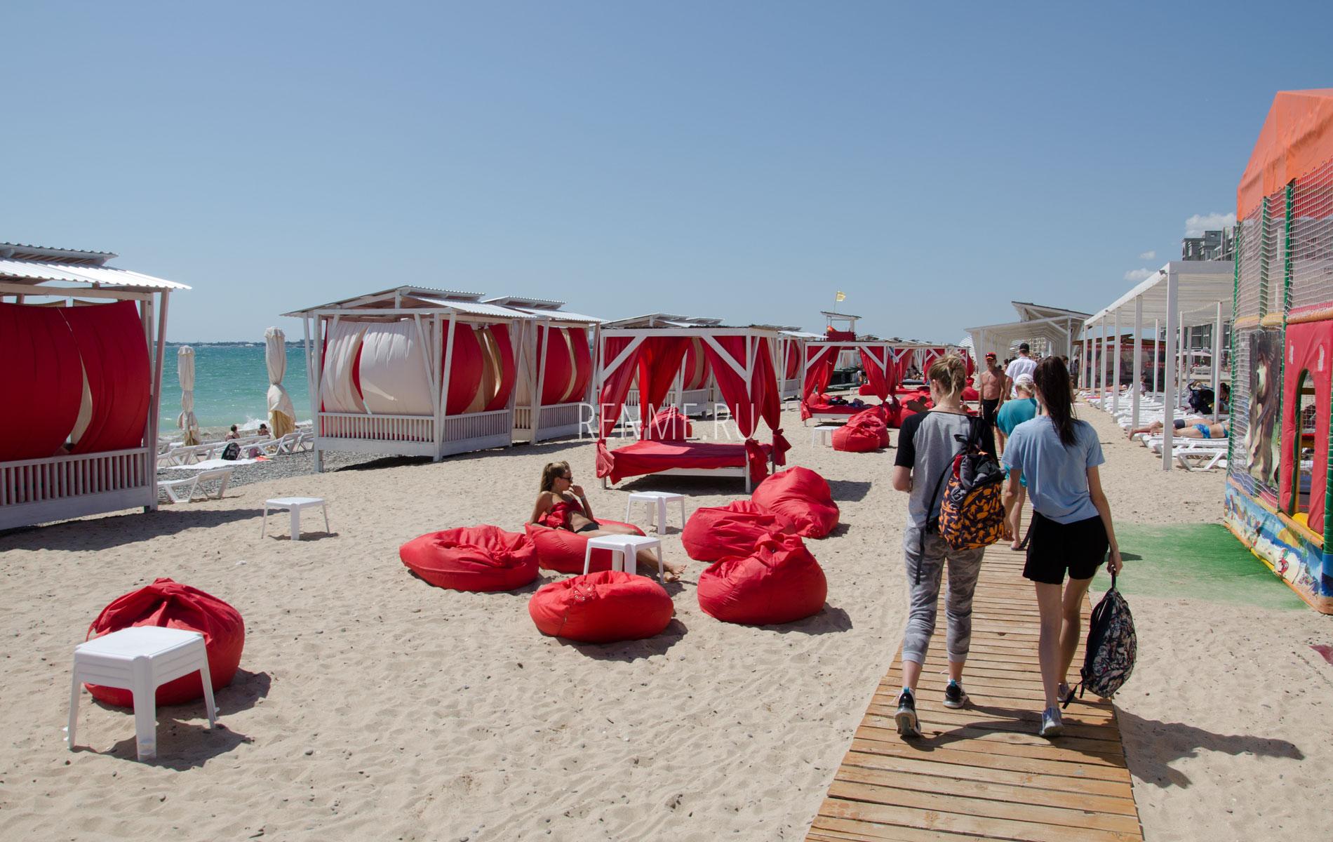 Оборудованный пляж в Крыму 2019. Фото Евпатории