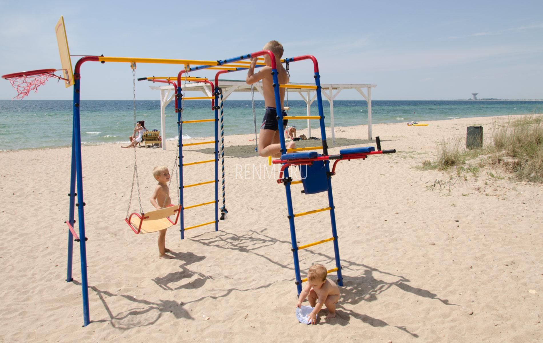 Детская площадка на пляже. Фото Заозёрного
